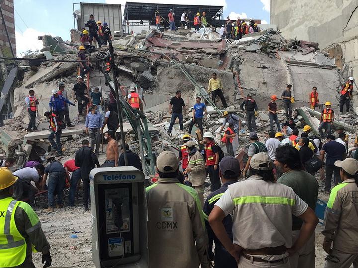 Число жертв землетрясения в Мексике превысило 300 человек