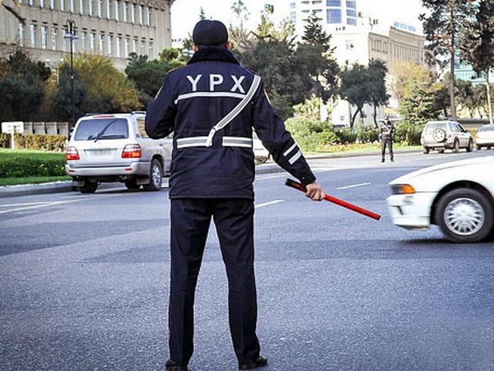 Дорожная полиция Баку начала штрафовать тех, кто отвлекает водителя от дороги