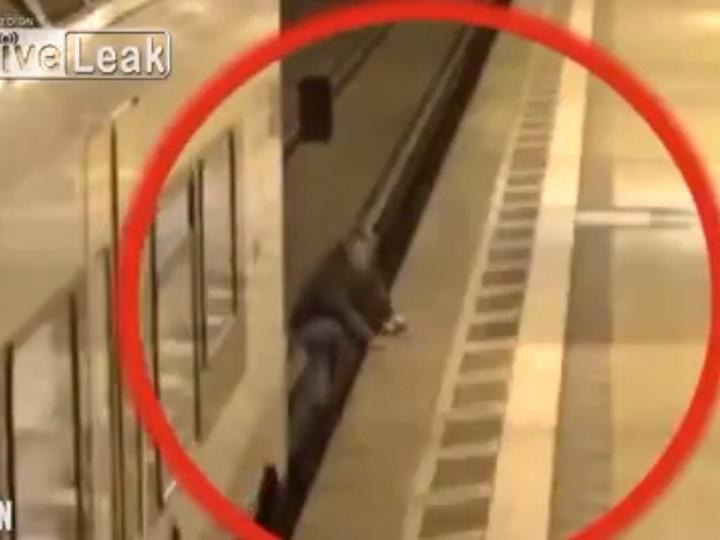 В Германии мужчину зажало между поездом и платформой – ВИДЕО