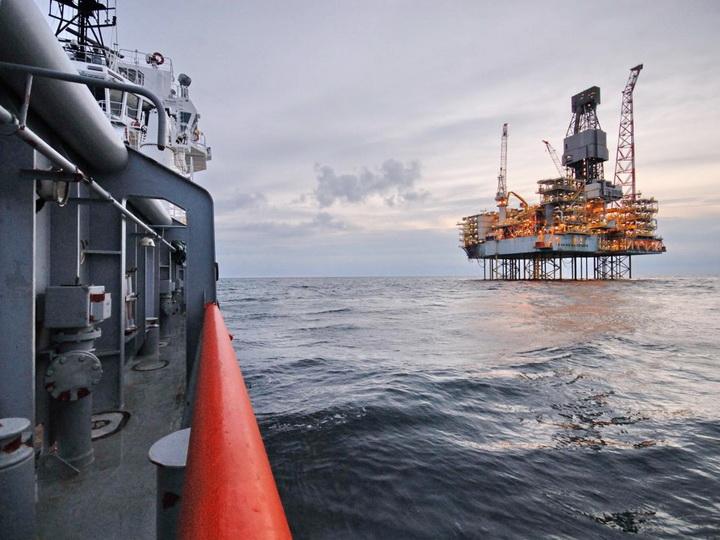 Погиб нефтяник, упавший в море с платформы