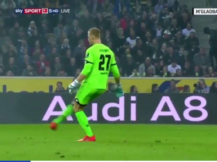 Кипер немецкого клуба отпасовал партнёру воображаемый мяч - ВИДЕО