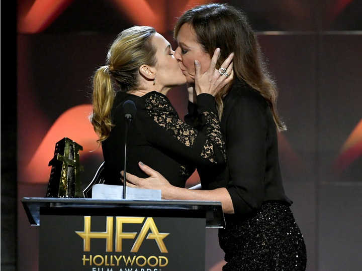Неожиданный поцелуй Кейт Уинслет напремии Hollywood Film Awards
