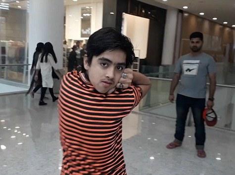Pakistanlı 14 yaşlı yeniyetmə başını 180 dərəcə arxaya çevirə bilir