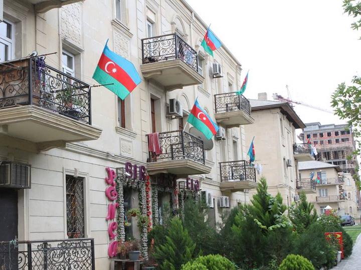 Жители Баку украсили город флагами, отмечая День флага – ФОТО