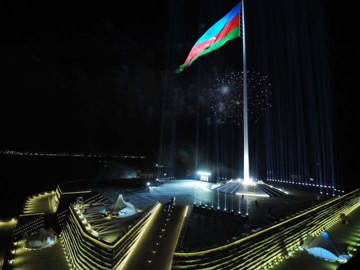 «...Bir daha enməz!» Азербайджан отмечает День государственного флага