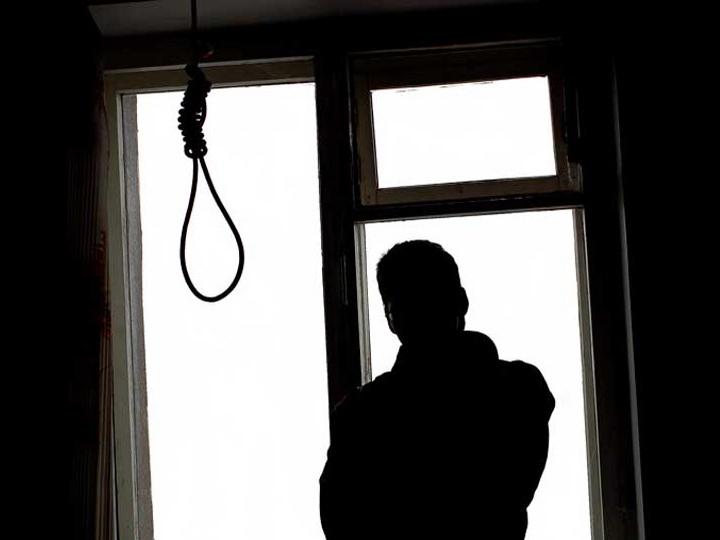 В Баку родители вытащили из петли сына