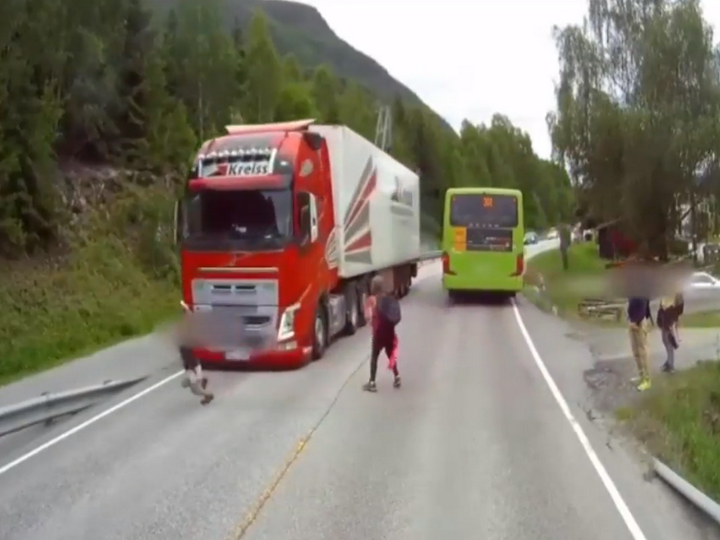 В Норвегии камера сняла, как грузовик едва не сбил мальчика - ВИДЕО