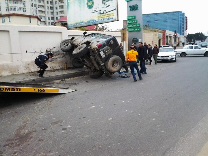 В Баку внедорожник врезался в стену гаража особого назначения - ФОТО