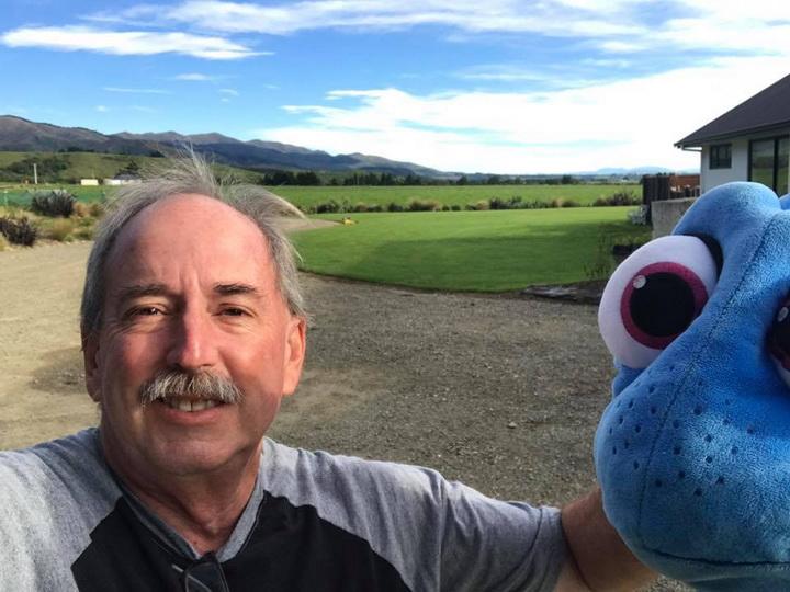 Пенсионер отправился путешествовать по миру с плюшевой рыбой - ФОТО