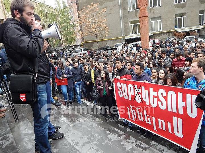Армянские студенты заняли одну из аудиторий ЕГУ и объявили голодовку