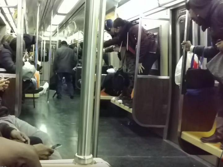 Крыса в вагоне нью-йоркского метро вызвала панику у пассажиров - ВИДЕО