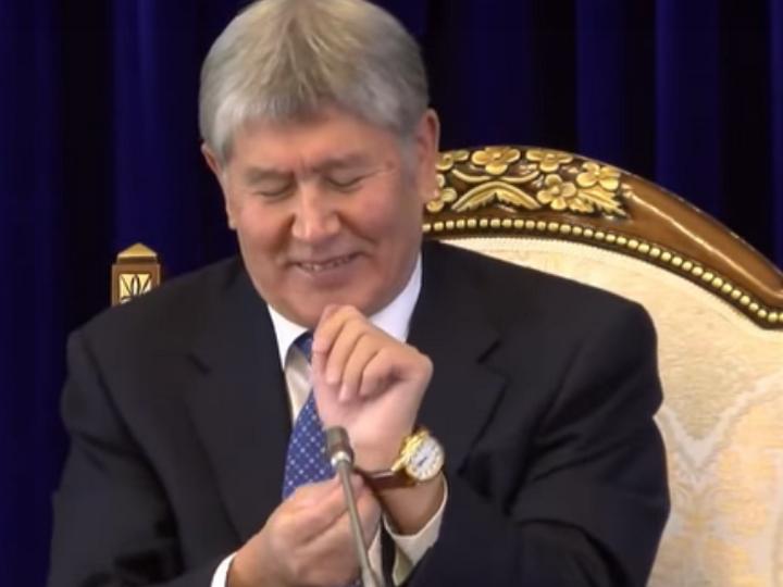 Хорошо, хоть небрюки попросил: Атамбаев - журналисту о выпрошенных часах - ВИДЕО
