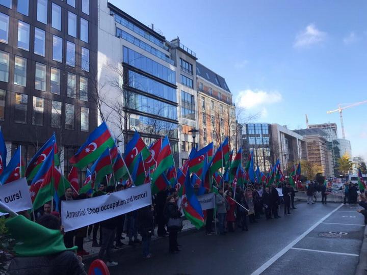 Азербайджанцы провели акцию протеста перед зданием Европарламента – ФОТО