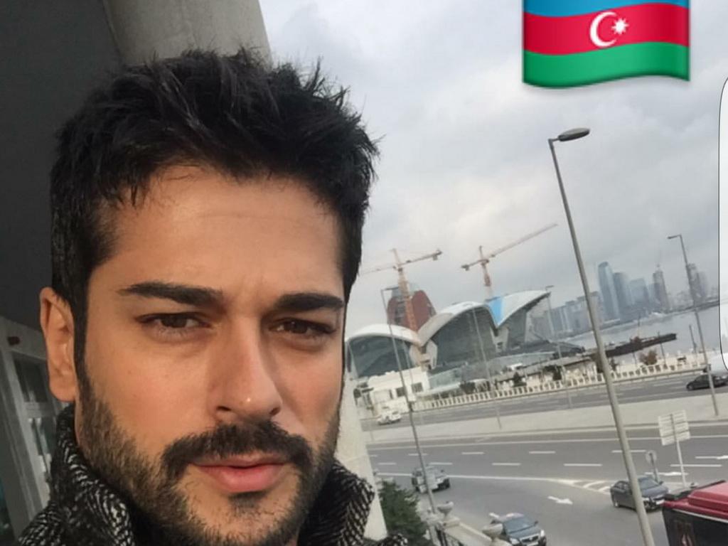 Бурак Озчивит прилетел в Баку на кинопремьеру – ФОТО