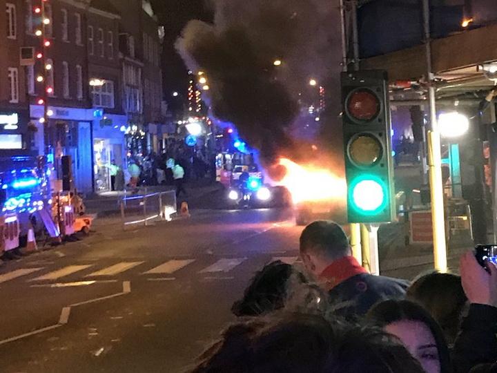 Встолице Англии рядом срождественской ярмаркой зажегся автомобиль