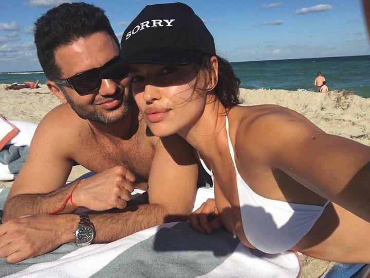 Ирина Шейк в бикини и без макияжа отдыхает в Майами с незнакомцем – ФОТО