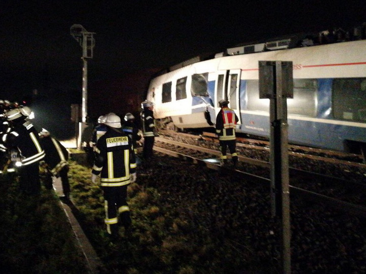 Под Дюссельдорфом столкнулись два поезда, минимум 50 человек пострадали - ФОТО