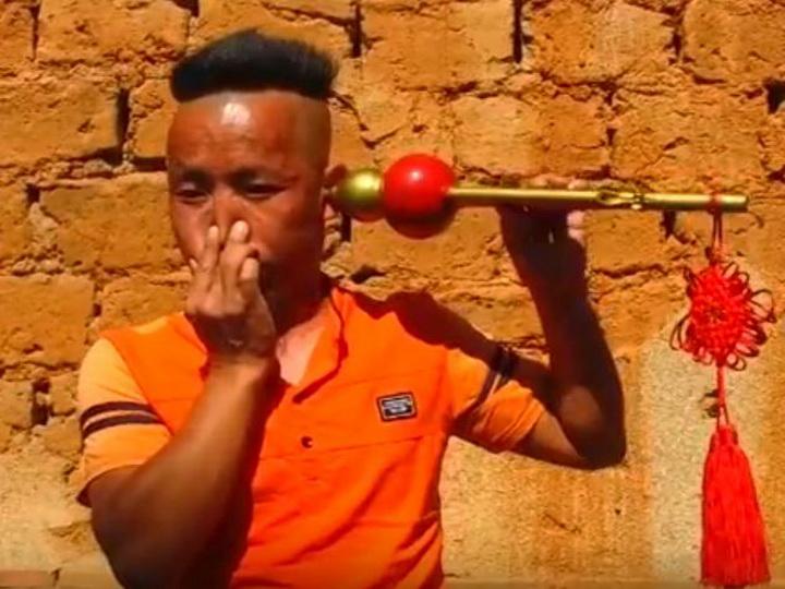 Житель Китая пьёт ухом воду и играет им на дудочке - ВИДЕО