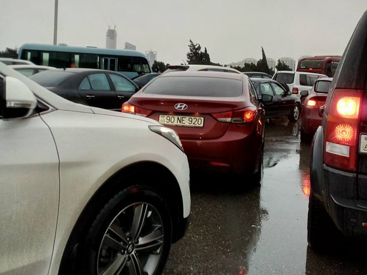 Из-за дождя на дорогах Баку образовались огромные пробки - ФОТО