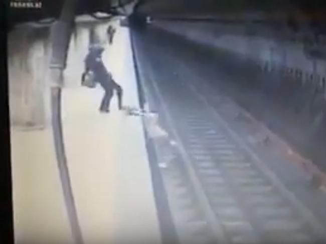 Убийца скинула девушку на рельсы метро и не дала вылезти на платформу – ВИДЕО