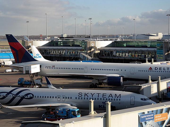 В аэропорту Амстердама полиция обстреляла человека с ножом