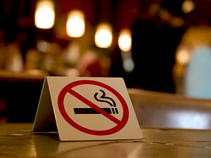 В Азербайджане введен запрет на курение в общественных местах
