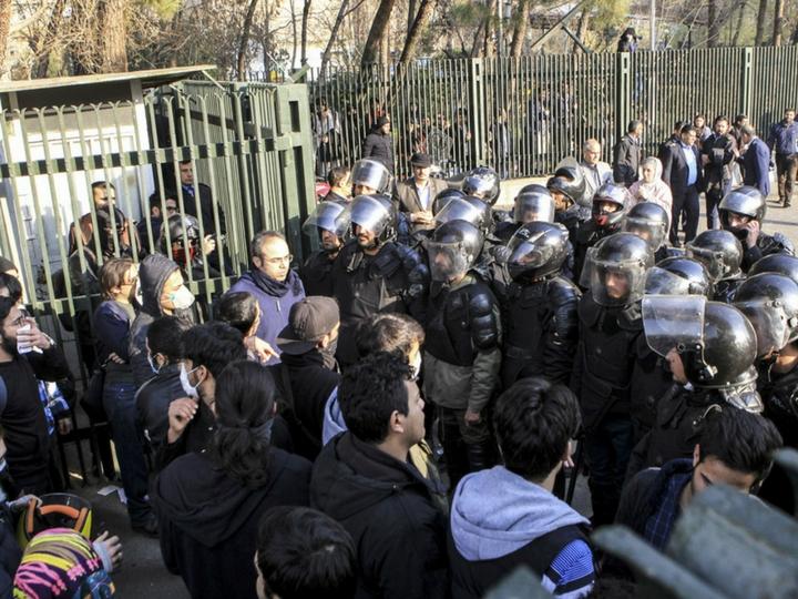 В Иране протестующий открыл огонь по сотрудникам полиции, сообщили СМИ