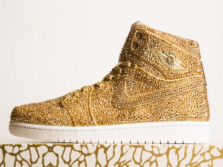Кроссовки Air Jordan 1 обклеили 15 тысячами золотых кристаллов