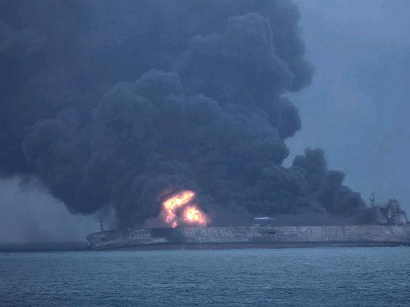 Иранский танкер столкнулся скитайским судном: 32 человека погибли