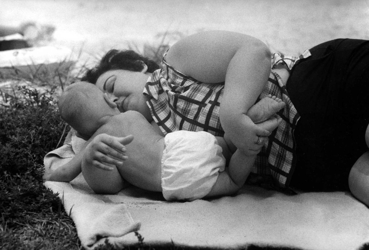 Трогательные картинки про маму и ребенка, конфеткой