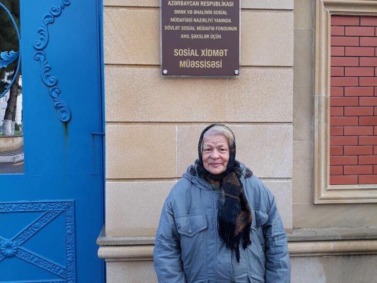 Женщина, найденная на улице, после публикации 1news.az нашла крышу над головой - ФОТО