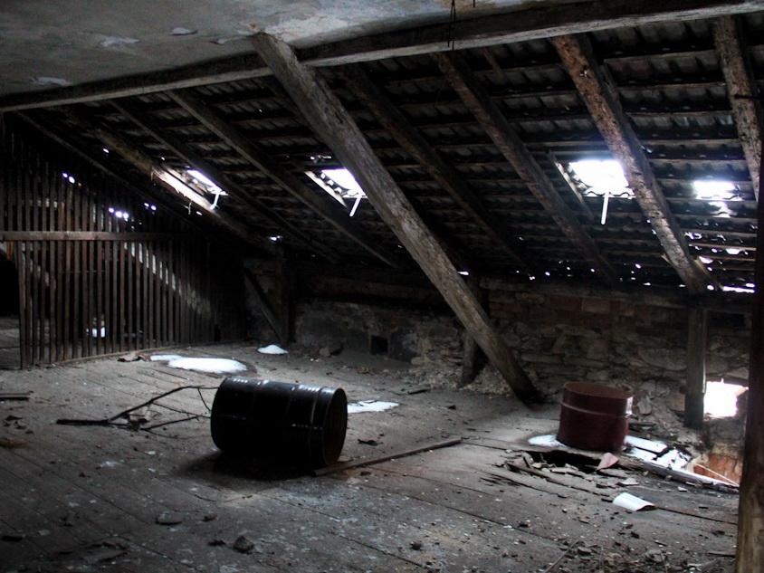 В Ширване обрушился чердак жилого дома, есть пострадавший