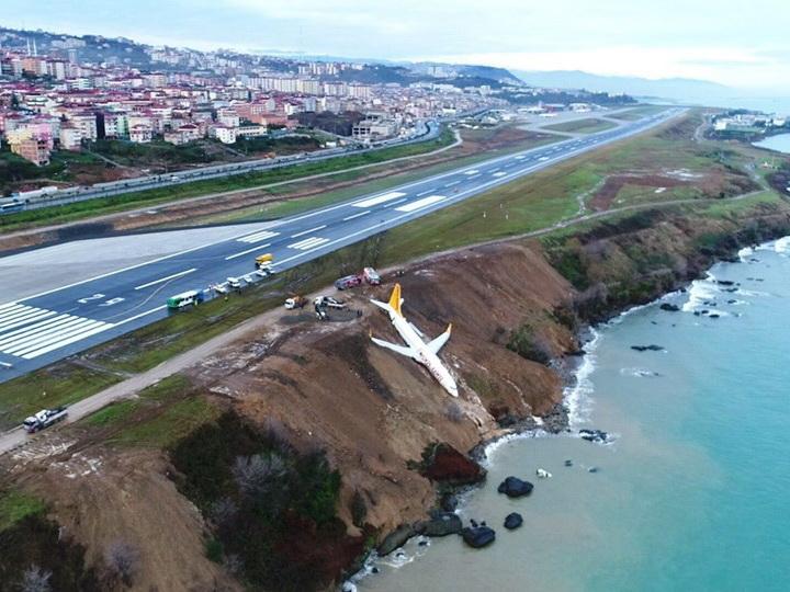 В Турции самолет скатился с обрыва возле аэропорта - ФОТО - ВИДЕО