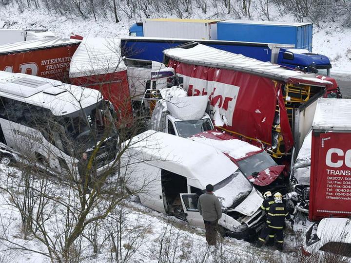 ВЧехии более 40автомобилей столкнулись на заснеженной трассе