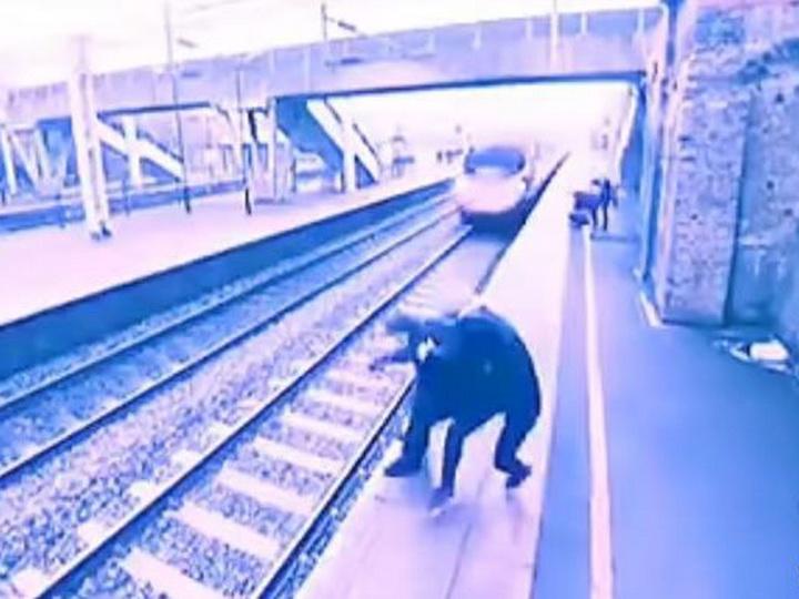 В Британии пассажирка поезда спасла жизнь соседу по платформе – ВИДЕО
