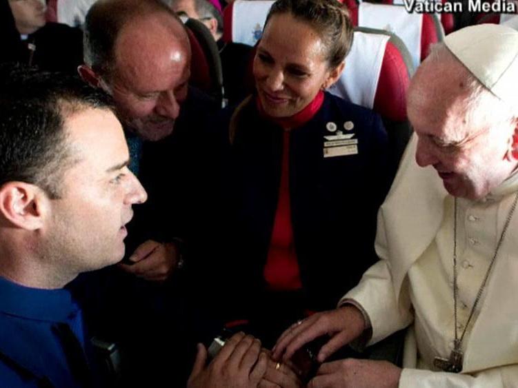 Папа Римский обвенчал во время полёта стюардессу и бортпроводника – ФОТО