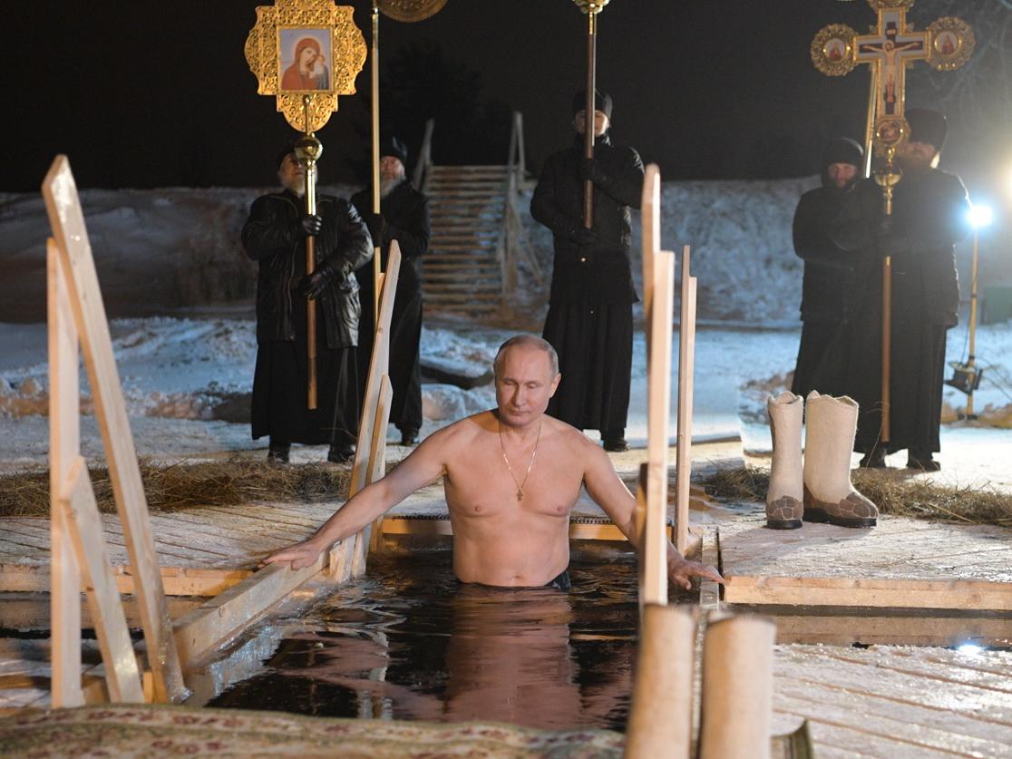Путин окунулся впрорубь на озере Селигер – ФОТО – ВИДЕО