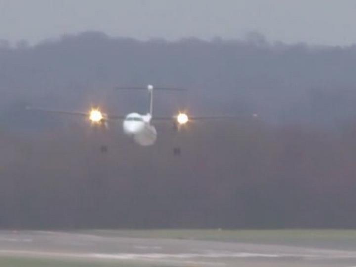 Появилось видео виртуозной посадки самолета в Дюссельдорфе во время урагана - ВИДЕО