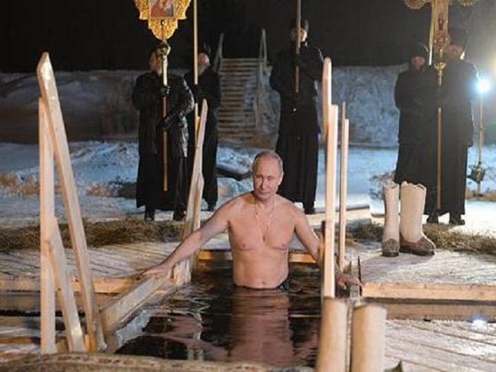 Putin şaxtalı havada suya girdi - FOTO
