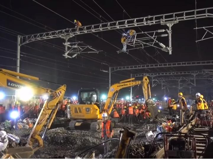 Китайские рабочие за9 часов проложили железную дорогу