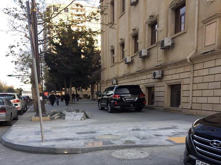 «Инвалид на внедорожнике» взорвал азербайджанские соцсети наглой парковкой на тротуаре - ФОТО