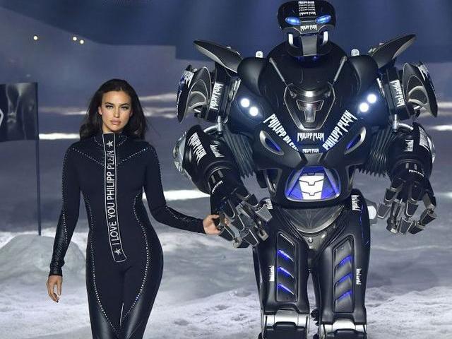 Ирина Шейк произвела фурор в Нью-Йорке, пройдясь по подиуму с роботом – ФОТО – ВИДЕО