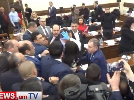 Потасовка произошла во вторник на заседании Совета старейшин Еревана – ФОТО - ВИДЕО