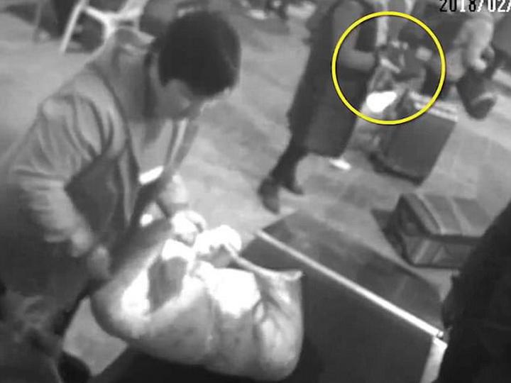 В Китае боявшаяся за свою сумку женщина залезла в багажный сканер - ФОТО - ВИДЕО