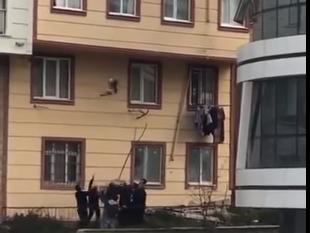 Прохожие поймали 2-летнего мальчика, который вывалился с 3-го этажа - ВИДЕО