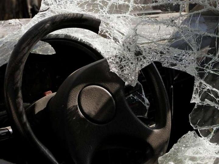 В Баку столкнулись легковой и грузовой автомобили, есть погибшие