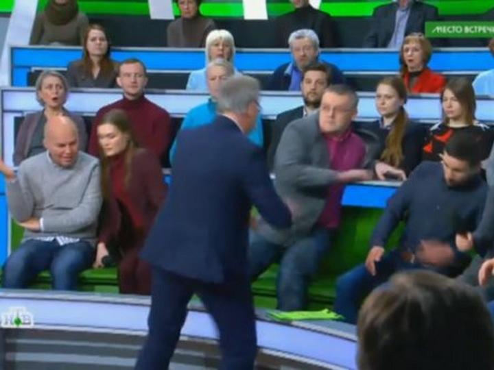 Ведущий НТВ в прямом эфире подрался с украинским экспертом - ВИДЕО