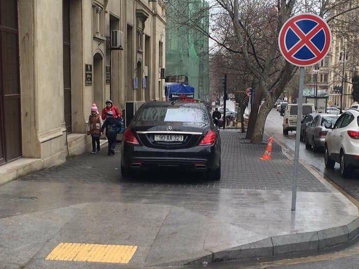 «Тротуар-гейт»: Автомобиль главы Госкомитета возмутил пользователей соцсетей, полиция обещает разобраться – ФОТО
