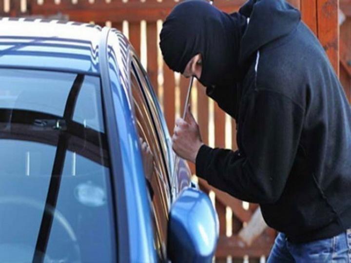 В Баку мужчина угнал машину, чтобы отвезти жену с детьми на поминки