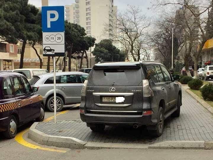 В Баку пандусы превратили в парковочные места - ФОТО